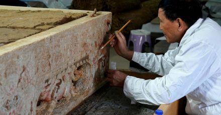 Ein Archäologe beim Fixieren von Malereien auf einem weißen Marmorbett, das in einem Grab aus der Sui-Dynastie (581-618 vor Christus) in der zentralchinesischen Provinz Henan freigelegt wurde.