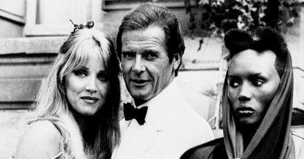 Der britische Schauspieler Roger Moore mit seiner Kollegin Tanya Roberts (l) am «James Bond 007 - Im Angesicht des Todes»-Filmset (1984).