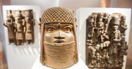 Drei Raubkunst-Bronzen aus dem Benin in Westafrika.