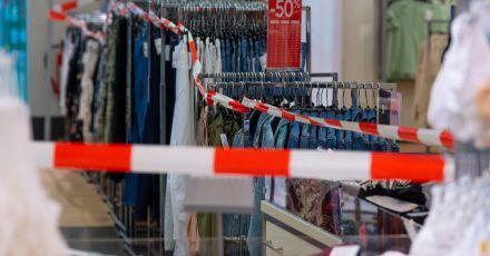 Vertreter der Textilbranche gehen davon aus, dass sich ein Berg von einer halben Milliarde unverkaufter Modeartikel auftürmen wird.