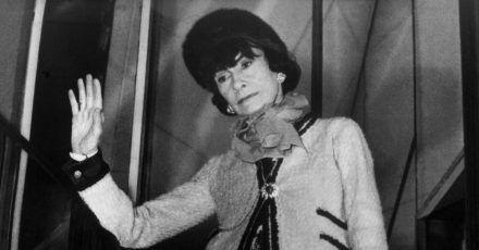 Die französische Modeschöpferin Coco Chanel in einem von ihr entworfenen «Chanel-Kostüm».
