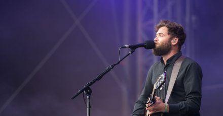 Passenger begann seine Karriere als Starßenmusiker.