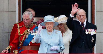 Die königliche Familie verfolgt die Geburtstagsparade vom Balkon des Buckingham Palastes.
