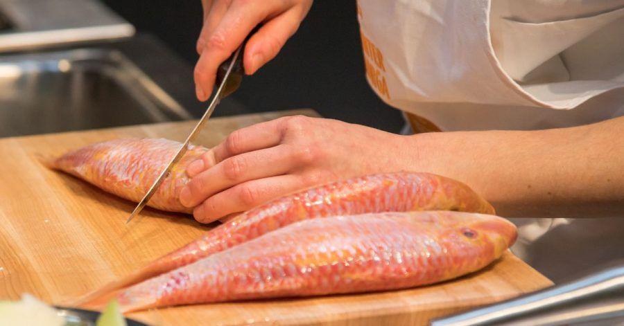 Damit die Rotbarbe beim Braten schön flach bleibt, sollte man die Haut vorher besser einritzen.