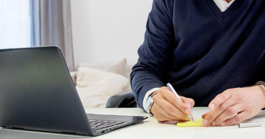 Wer mehr Zeit für fokussiertes Arbeiten braucht, beschränkt das Bearbeiten von E-Mails am besten auf zwei feste Zeitfenster am Tag.