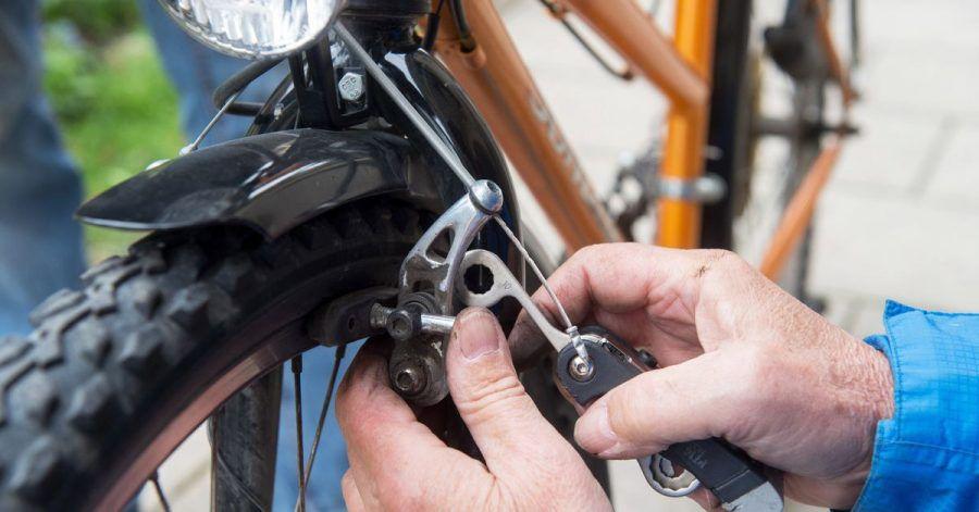 Damit Fahrradbremsen genau das tun können, raten Experten zum regelmäßigem Check und Austausch verschlissener Beläge.