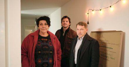 Ulrike (Christiane Rösinger) mit den Kommissaren Sebastian Bootz (Felix Klare) und Thorsten Lannert (Richy Müller, r).