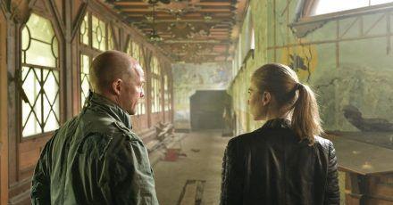 Die Kommissare Hannah Zeiler (Nora Waldstätten) und Micha Oberländer (Matthias Koeberlin) auf Spurensuche in einer alten Villa.