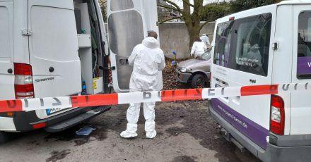 Kriminaltechniker der Polizei untersuchen den abgesperrten Tatort auf einem Parkplatz in Hamm.