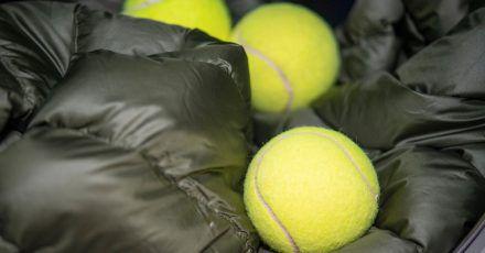 Auch Daunen-Kleidung muss ab und an gewaschen werden. Am besten geht das mit Tennisbällen.