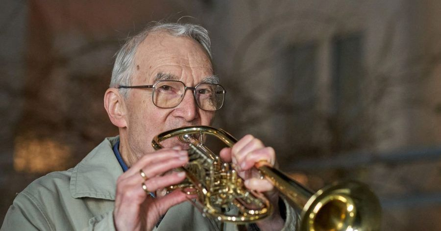 Klaus Dannert gibt fast jeden Abend ein kleines Balkonkonzert gegen den Corona-Blues.