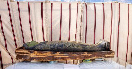 Ein antiker Sarkophag aus altägyptischer Zeit.