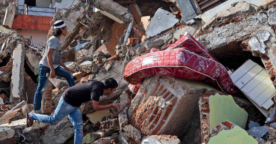 Nach dem Erdbeben auf der indonesischen Insel Sulawesi fahnden Anwohner noch immer nach Lebenszeichen.