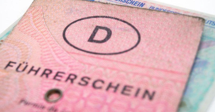Nur der «Lappen» muss gehen: Die Fahrerlaubnis bleibt erhalten - aber alle vor dem 19.01.2013 ausgestellten Führerscheindokumente müssen jeweils nach Alter des Inhabers oder nach Ausstellungsjahr staffelweise in den nächsten Jahren in ein EU-Dokument umgetauscht werden.