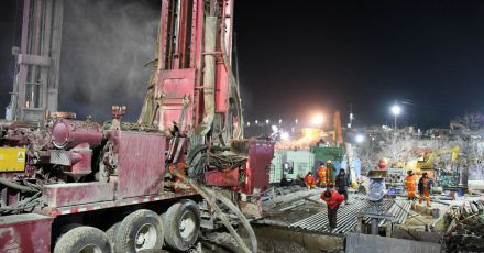 Rettungskräfte bohren ein Loch am Explosionsort - mehr als 400 Hilfskräfte sind im Einsatz.