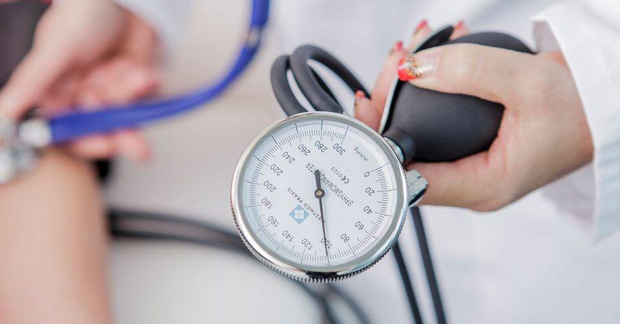 Kontrolltermine beim Arzt sollten Bluthochdruckpatienten immer wahrnehmen - auch in Corona-Zeiten.