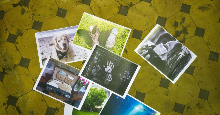 Ausgedruckte Fotos auf dem Fliesenboden der Gebläsehalle des Weltkulturerbes Völklinger Hütte.