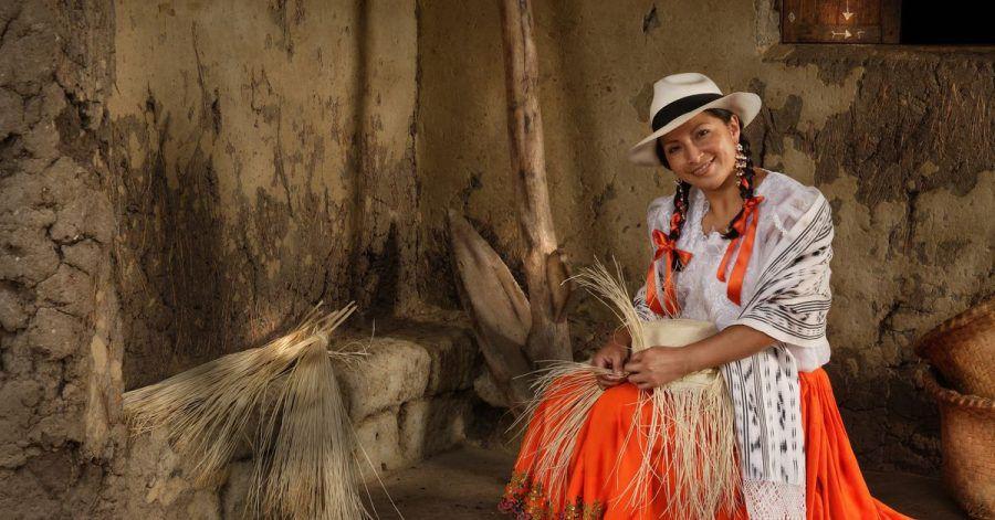 Geschickte Frauen und Männer flechten im Betrieb von Homero Ortega in Ecuador kleine Hut-Kunstwerke.