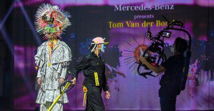 Models zeigen Kreationen des Designers Tom Van der Borght in einem Berliner Kraftwerk.