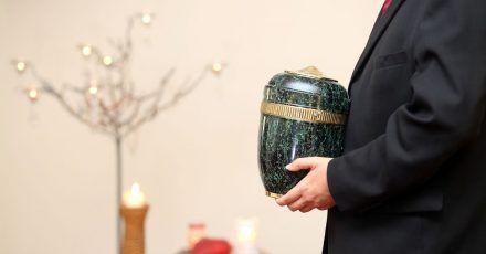 Die Urne eines Verstorbenen darf in der Regel nicht einfach zu Hause aufbewahrt werden.