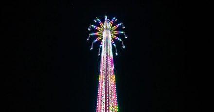 Das Kettenkarussell auf dem Bollywood Skytower in Dubai dreht sich in 140 Metern Höhe über dem Boden.