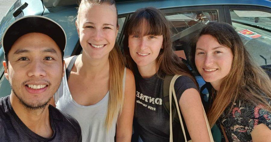 Miguel Fuentes (l-r) von den Philippinen und die Holländerin Nikki de Weerd stehen neben ihren «adoptierten Backpackern» Alice und Claire.