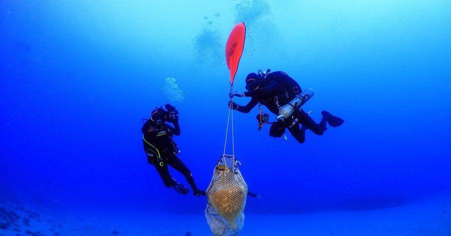 Griechische Archäologen bergen vor der kleinen Insel Kasos Amphoren und andere Keramik-Gegenstände aus dem Wrack eines untergegangenen Frachters aus der römischen Zeit.