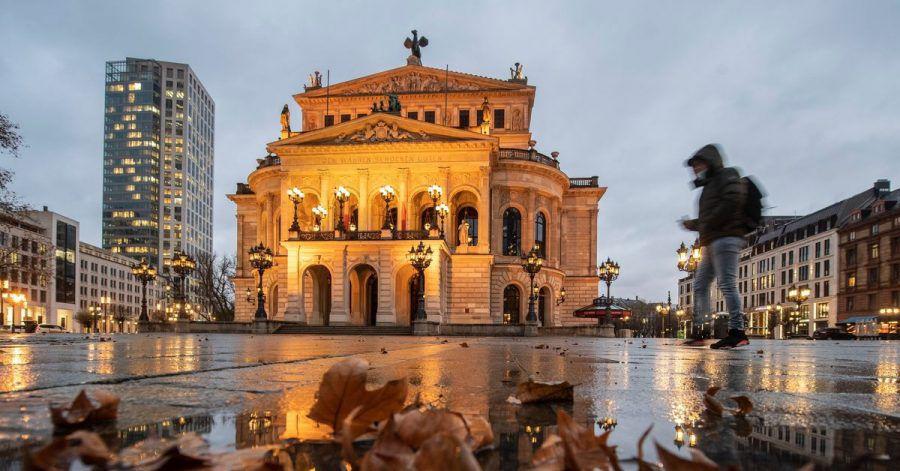 Der fats menschenleere Platz vor der Alten Oper in Frankfurt am Main.