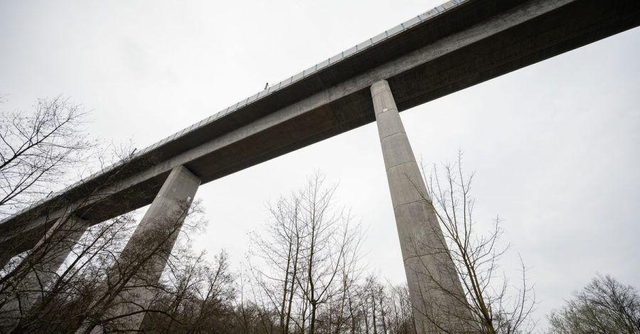 Die Teißtal-Brücke mit der ICE-Strecke (vorne). Nach Angaben der Polizei wurden im März 2020 an der Trasse Schienenschrauben auf einer Länge von 80 Metern entfernt.