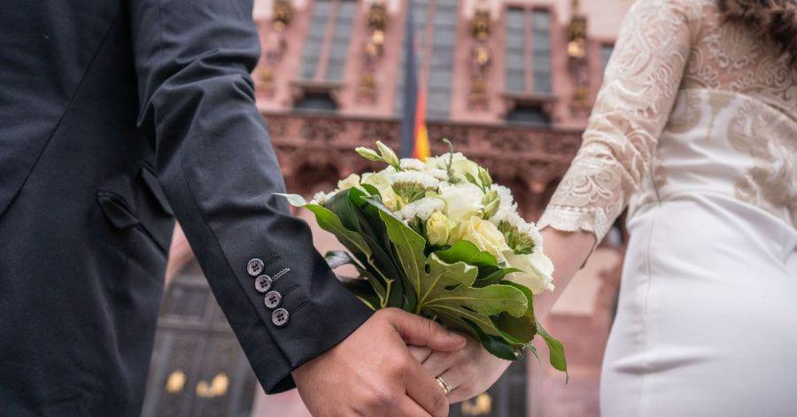 Vielen Paaren hat das Coronavirus einen Strich durch die Hochzeitsplanung gemacht.