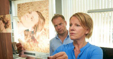 Was genau ist passiert?Jürgen Simmel (Hinnerk Schönemann) und Marie Brand (Mariele Millowitsch) begutachten ein Foto der Toten Annika Herforth.