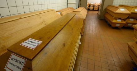 «Vorsicht infektiöse Leiche» steht auf einem Sarg. Mehr als 50.000 Menschen sind an Corona gestorben.