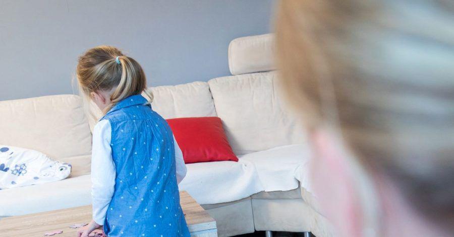 Sind Eltern mit Corona infiziert, heißt es Abstand von anderen Familienmitgliedern halten. Das ist vor allem bei jüngeren Kindern gar nicht so einfach.