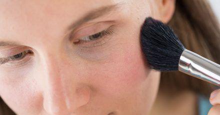 Der Rougepinsel wird am Ohrknorpel angesetzt und in Richtung Nasenspitze bis zur Mitte der Pupille geführt.