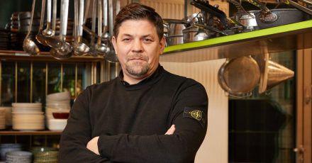 Allein - und doch nicht allein:Tim Mälzer in der Küche seines Restaurants «Die Gute Botschaft».