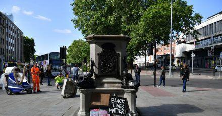 Der leere Sockel in Bristol, auf dem einst die Statue des Sklavenhändlers Edward Colston stand.