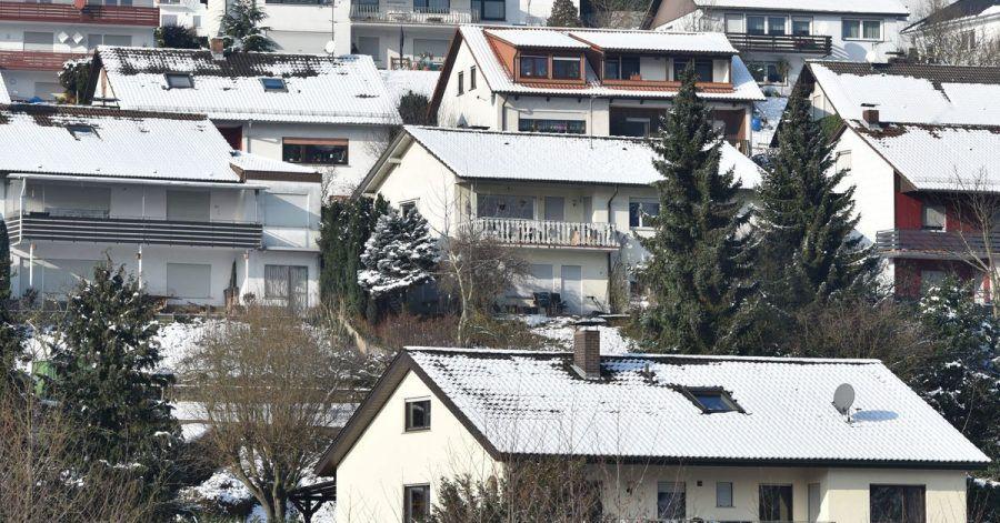 Schnee kann schwer auf dem Dach lasten. Hausbesitzer sollten sich gut vorbereiten und Schneefanggitter kontrollieren sowie Dachrinnen, Abläufe und Fallrohre von Laub befreien.