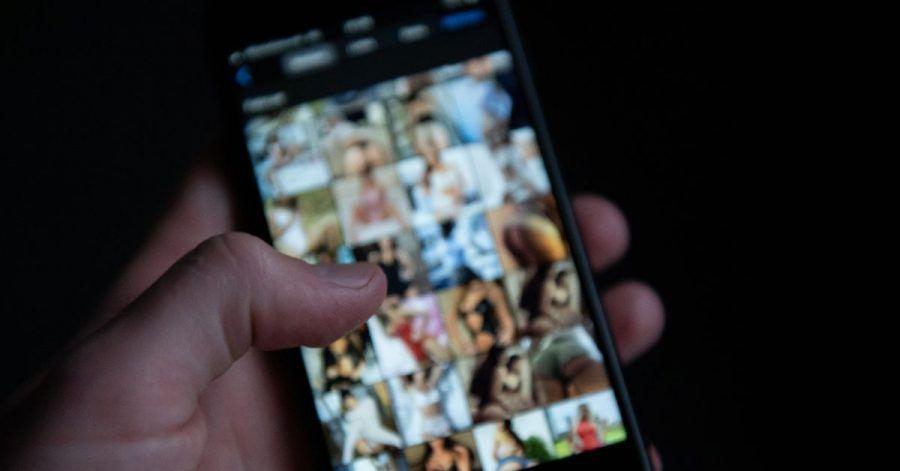 Ein Mann schaut sich auf einem Smartphone pornografische Bilder an. Polizei und Staatsanwaltschaft sind mit einer bundesweiten Razzia gegen 65 Verdächtige vorgegangen, die kinderpornografische Inhalte besessen und verbreitet haben sollen.