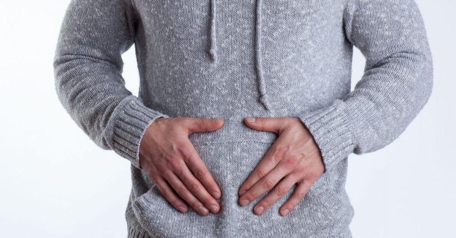 Ein geblähter Bauch und Völlegefühl können Anzeichen für eine Verstopfung sein.