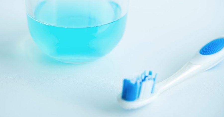 Mundspüllösungen können eine sinnvolle Ergänzung zum Zähneputzen sein.