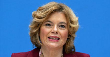 Landwirtschaftsministerin Julia Klöckner greift hin und wieder zum Lockenstab.