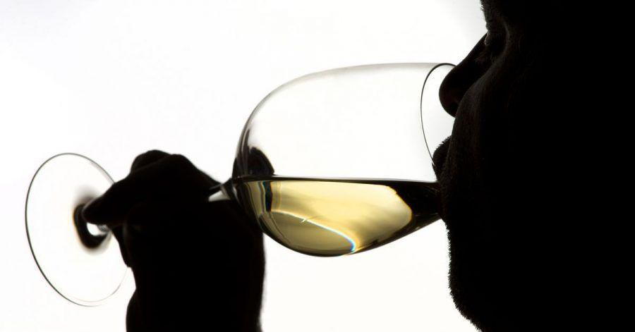 Einer Umfrage zufolge trinken Erwachsene aktuell Alkohol häufiger zur Beruhigung als noch vor gut zwei Jahren.