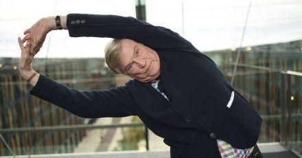 Jochen Busse hält sich mit Yoga fit.