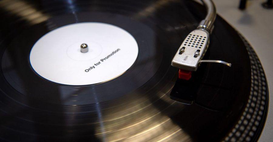Voll im Trend: Vinyl auf analogem Plattenspieler.
