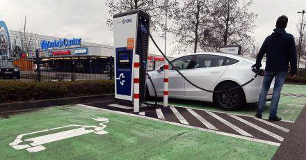 In einem Schnellladepark für E-Autos des Energiekonzerns EnBW am Durlach Center, einem Einkaufszentrum, sollen sechs Ladesäulen mit je zwei Ladepunkten eine Leistung von bis zu 300 Kilowatt liefern.