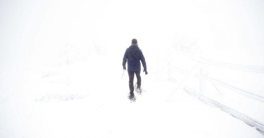 Mit Schneeschuhen ist für Wanderer überall dort ein Durchkommen, wo man mit normalen Schuhen längst eingesunken wäre.