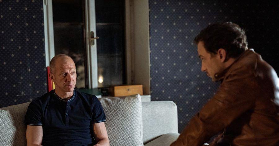 Sebastian Palfinger (Simon Hatzl, l) und Peter Palfinger (Florian Teichtmeister) unterhalten sich über Liebeskummer.