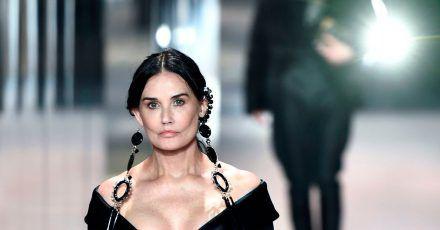 Demi Moore hat sich bei der Pariser Fashion Week einen Jugendtraum erfüllt.