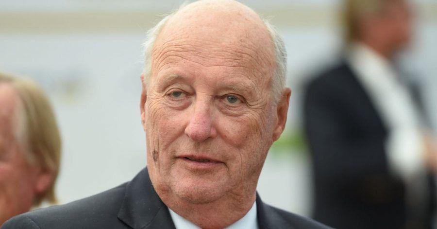 König Harald V. von Norwegen hat Schmerzen im Bein.