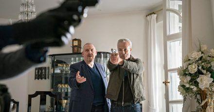 Max Ballauf (Klaus J. Behrendt, r) und Freddy Schenk (Dietmar Bär) versuchen in der «Tatort»-Folge «Der Tod der anderen» einen Mord zu verhindern.